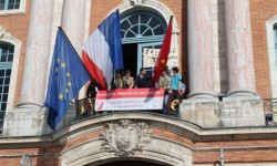 [Photo] Toulouse : des antis mariage gay au balcon du Capitole