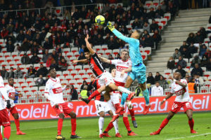 Alban Lafont intervient dans les airs face à Nice C Alexandre Debbache (OGC Nice Medias) dr