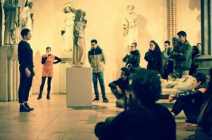 Les étudiants de répliques théâtre sur scène au musée des Augustins dr