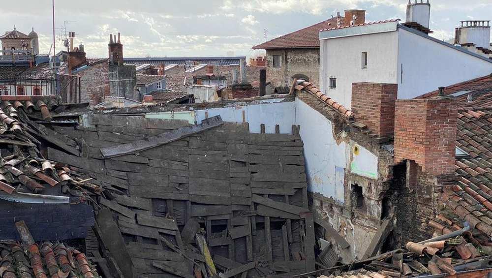 Affaissement toit rue Cujas : La Mairie prend un arrêté d'interdiction d'habiter et d'accéder pour l'immeuble et ceux à proximité Photo : sdis 31