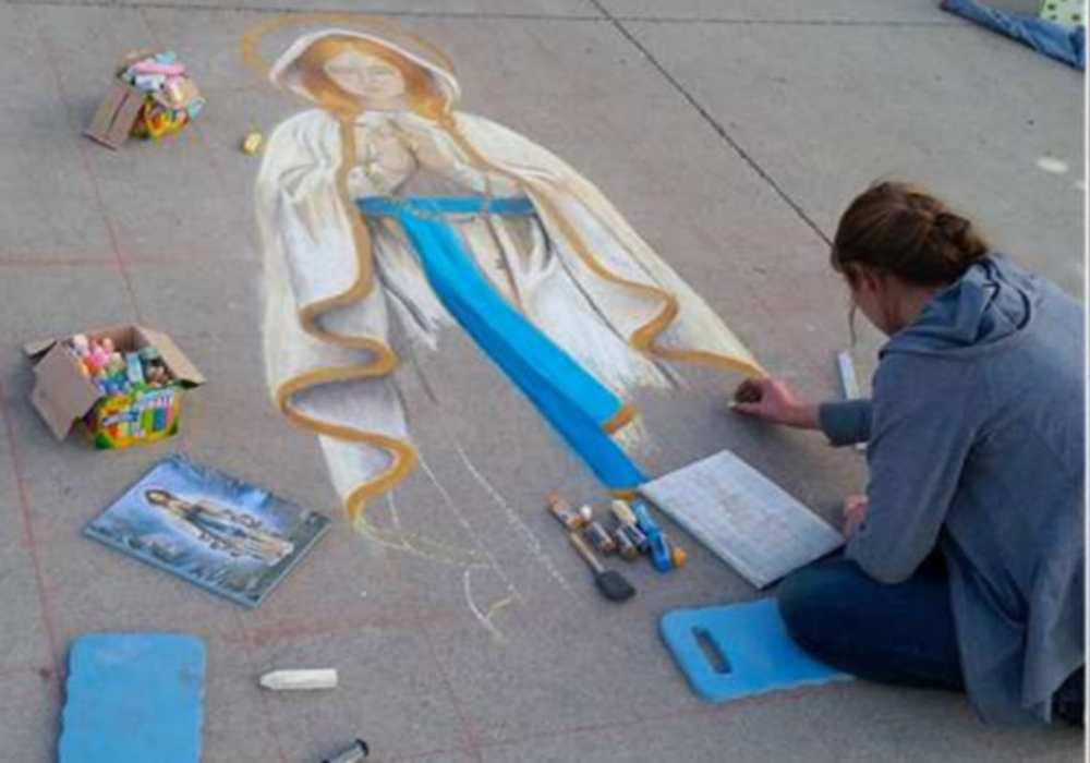 Lourdes. Une Américaine dessine la vierge dans la rue et crée le buzz cdiocésedefargo/dr